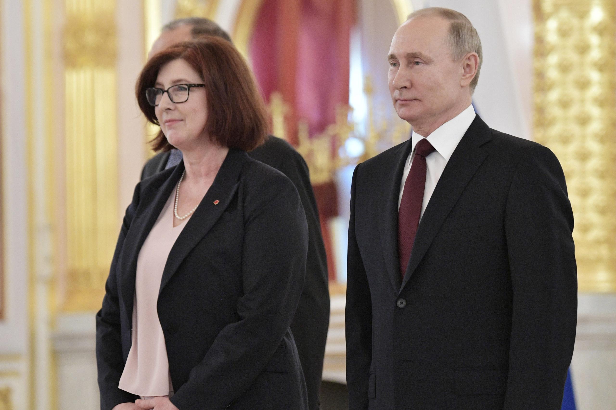 L'ambassadeur du Canada, Alison LeClaire, et le président russe Vladimir Poutine