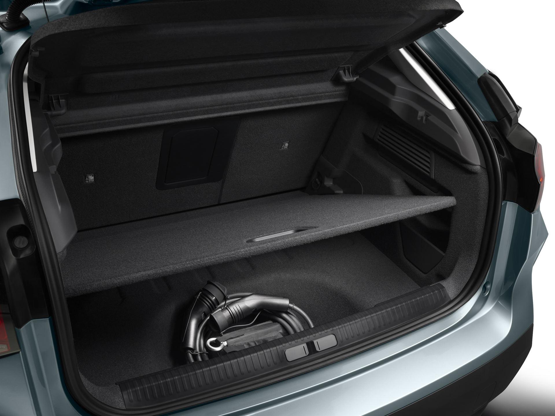 La valise offre 380 litres de volume et possède une trappe d'accès au compartiment inférieur qui, dans le C4 électrique, sert à ranger le câble de charge