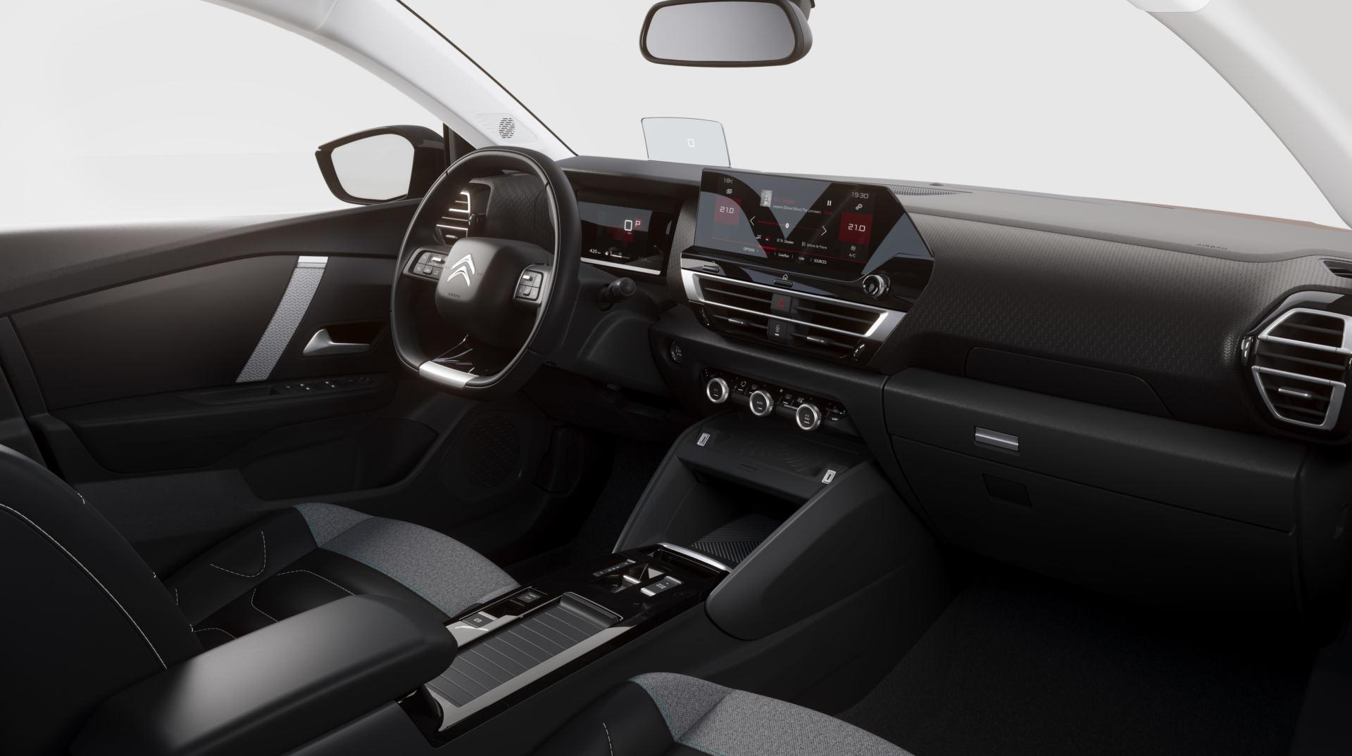 Dans un mélange de simplicité et de sophistication technologique, la cabine est également toute neuve, avec des sièges plus confortables et un écran central de 10 pouces