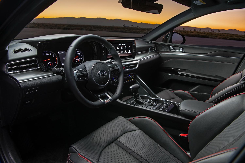 La nouvelle voiture est équipée des dernières technologies