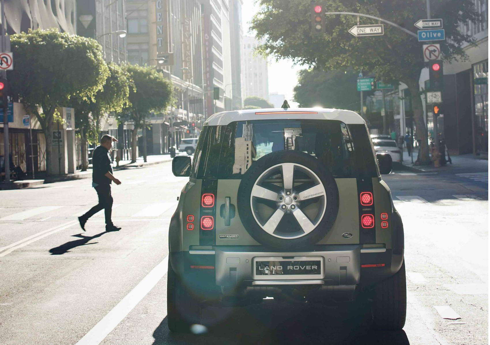Land Rover Defender mise sur une esthétique moderne, sans perdre son lien avec son prédécesseur