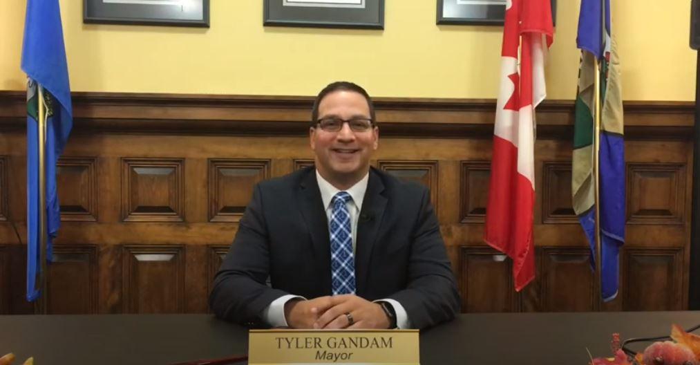 Le maire appelle les homophobes locaux et leur propose de les aider à quitter la ville