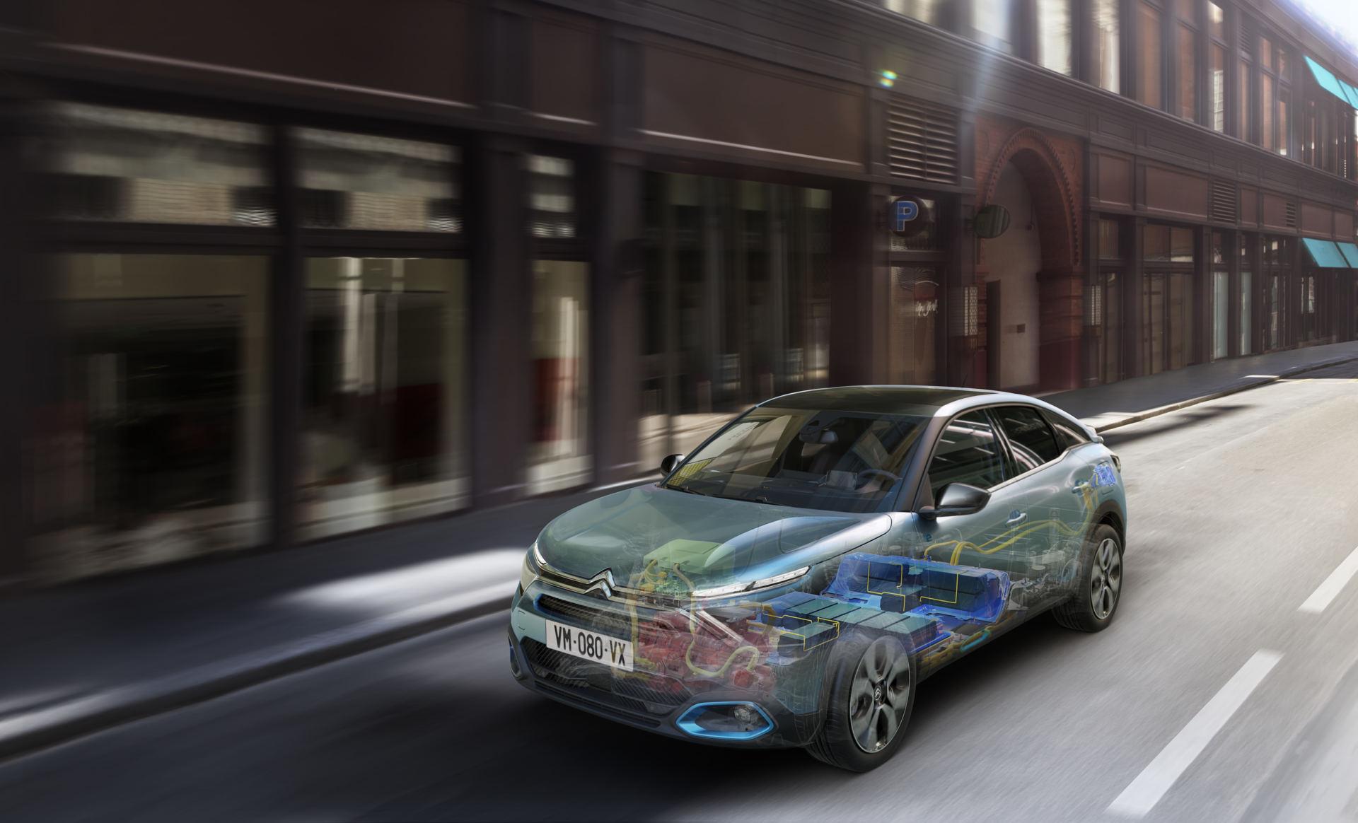 Partageant la plateforme multi-énergies avec la Corsa et la 208, le C4 reçoit également une version 100% électrique