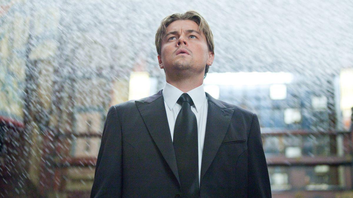 Un homme se tient au milieu d'un bâtiment inondé d'eau.