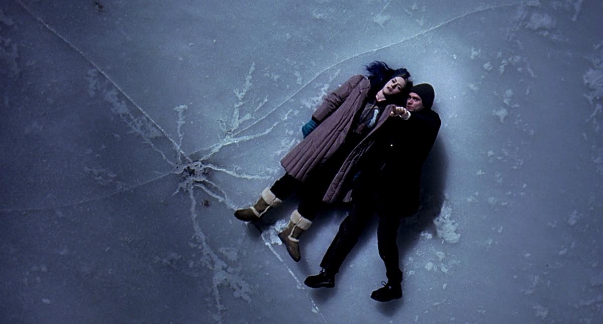 Joel (Jim Carrey) et Clementine (Kate Winslet) s'allongent sur la glace sous le soleil éternel de l'esprit impeccable