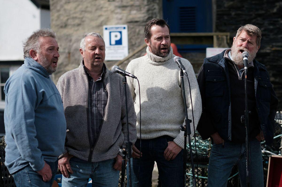 un groupe d'hommes chantant