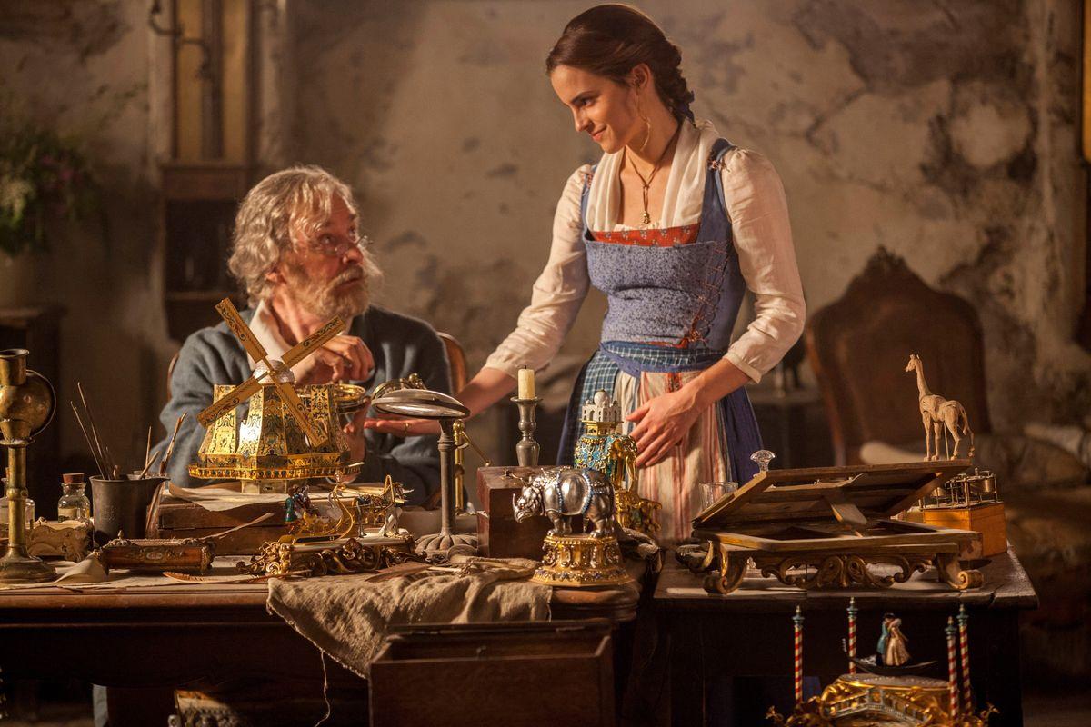 Belle (Emma Watson) et son père (Kevin Kline) dans La Belle et la Bête.