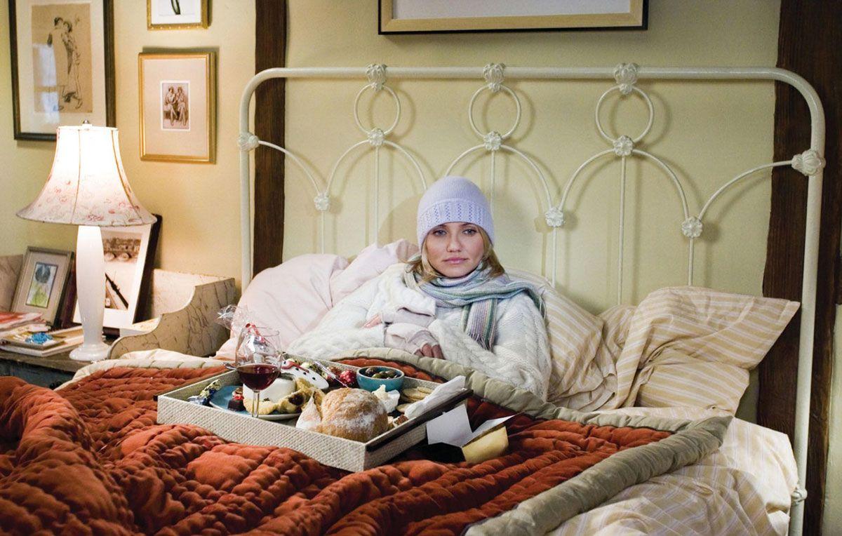 Cameron Diaz est assis au lit avec un plateau de nourriture