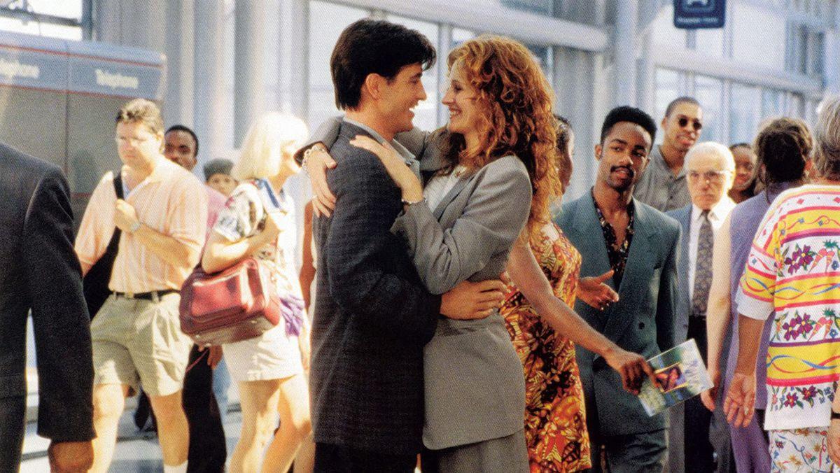Julia Roberts et Dermot Mulroney s'embrassent dans un aéroport