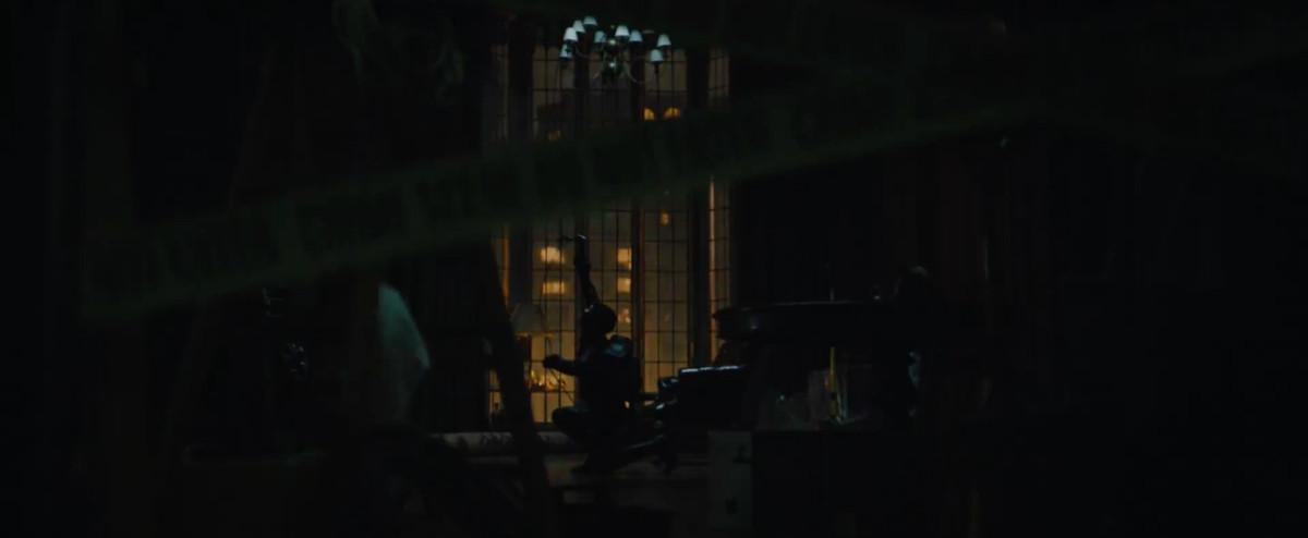 selina kyle rapels dans une maison dans The Batman
