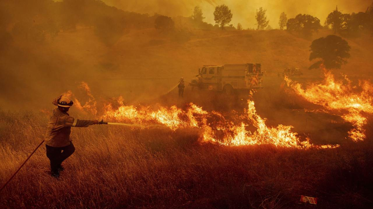 Les Incendies En Californie éclatent Sur Des Millions D'acres De