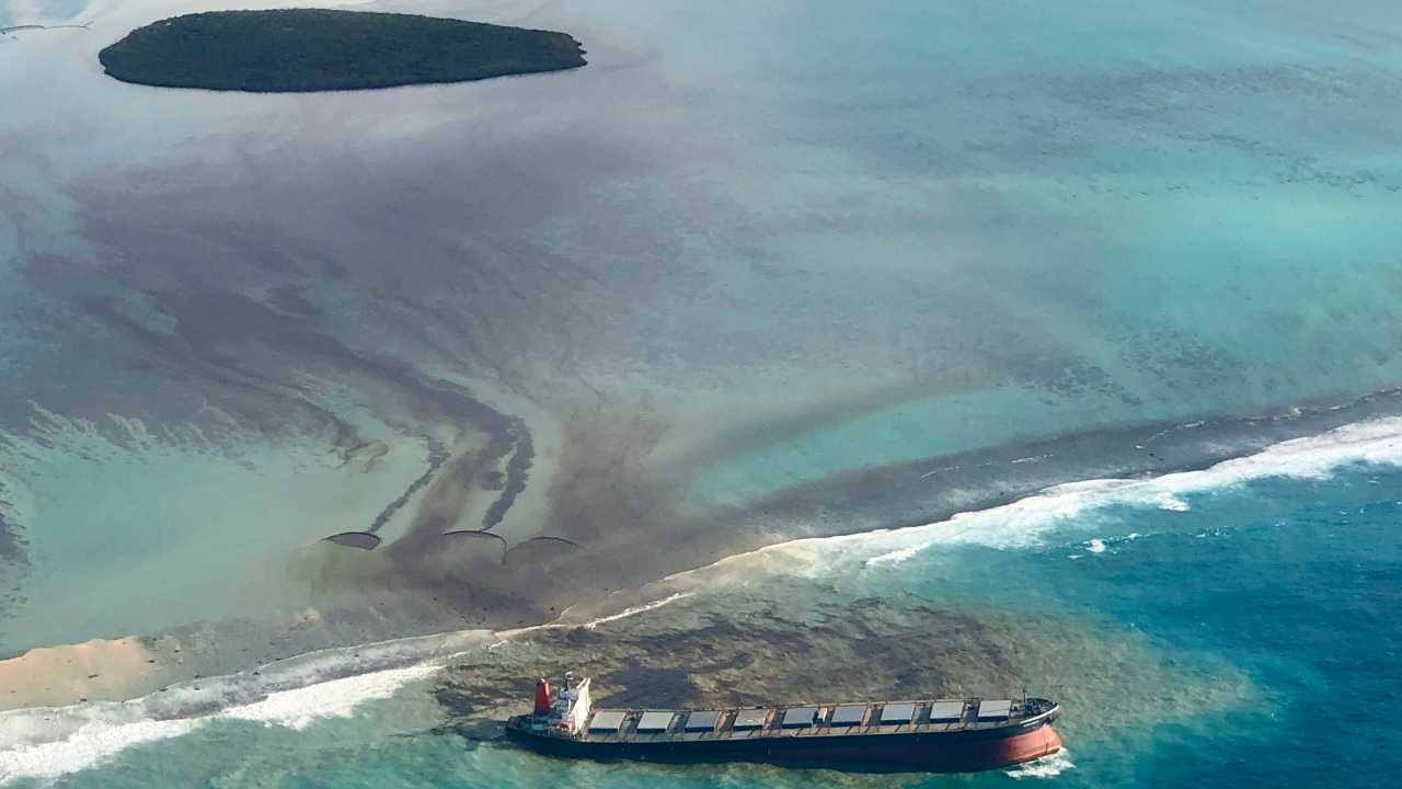 Un Navire Japonais En Détresse Derrière La Marée Noire Dévastatrice
