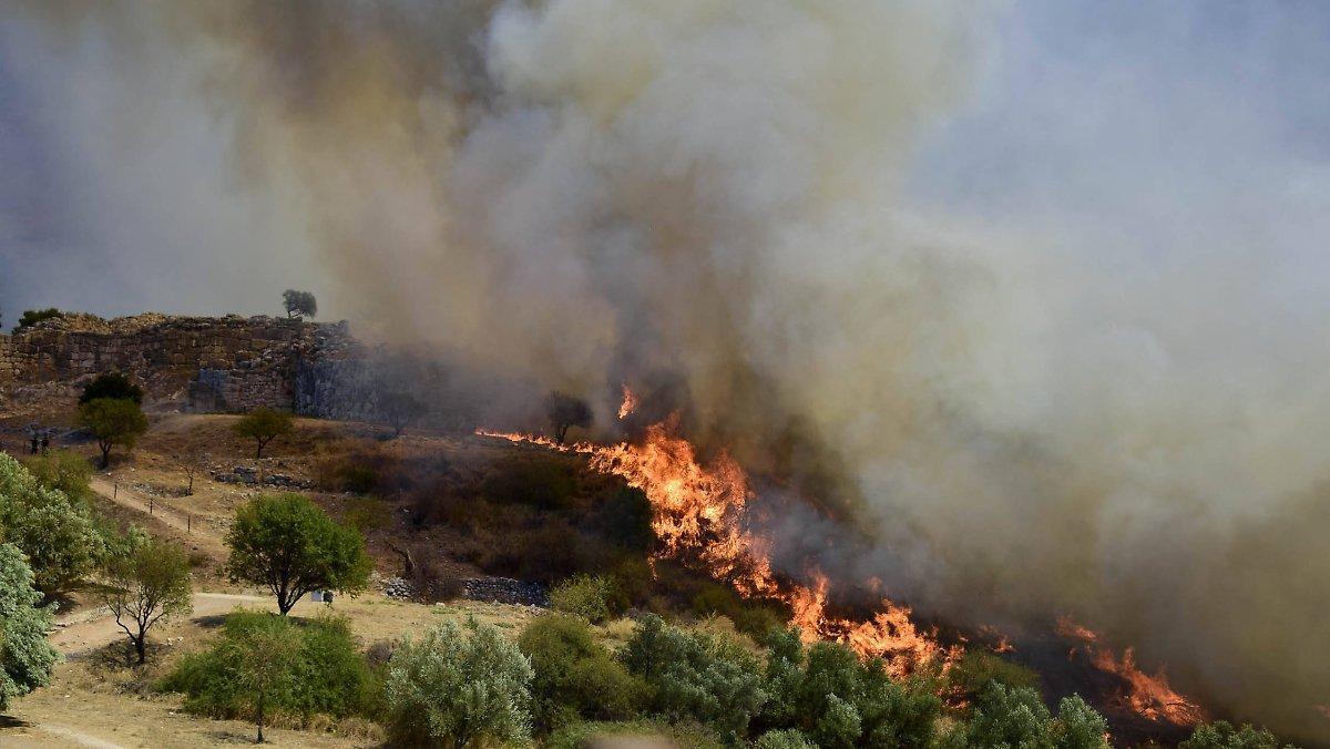 Feu De Forêt En Grèce: Les Flammes Atteignent Les Ruines