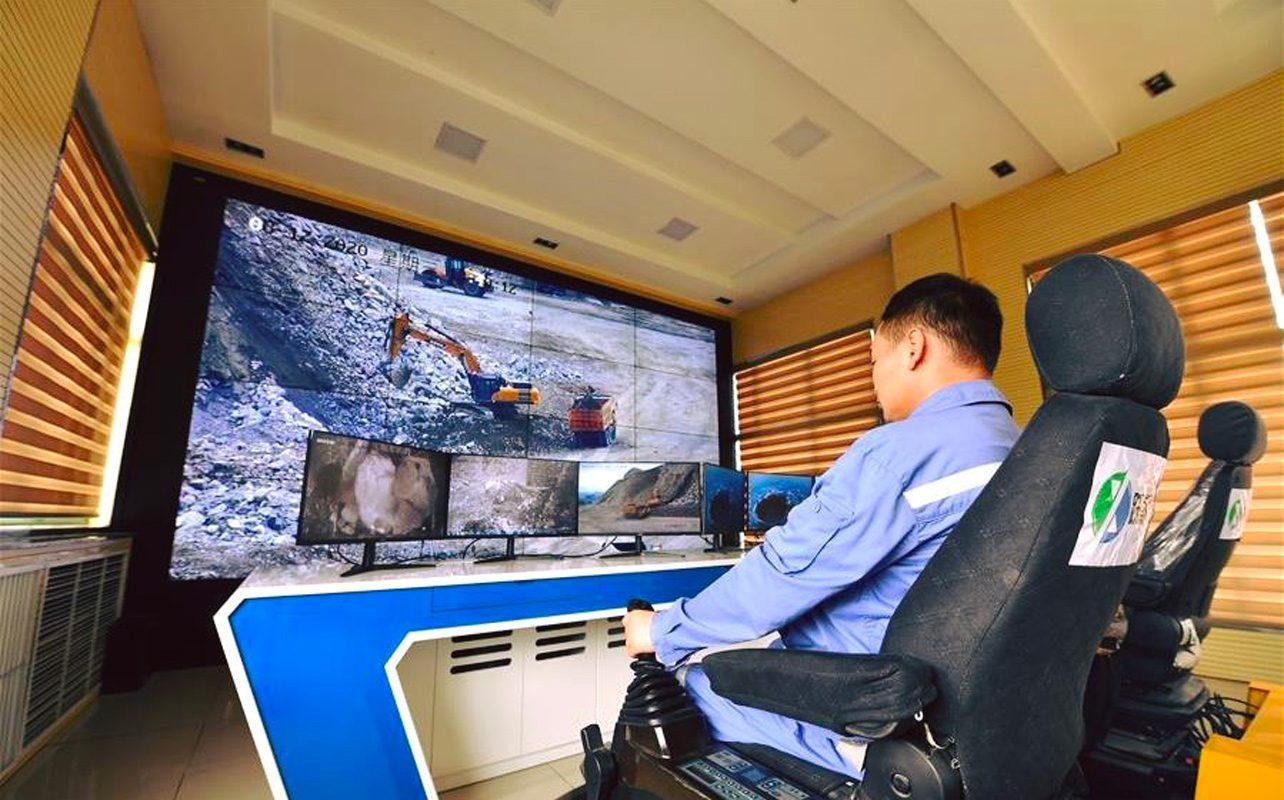 En Chine, Les Mineurs Travaillent également Et Conduisent Des Machines