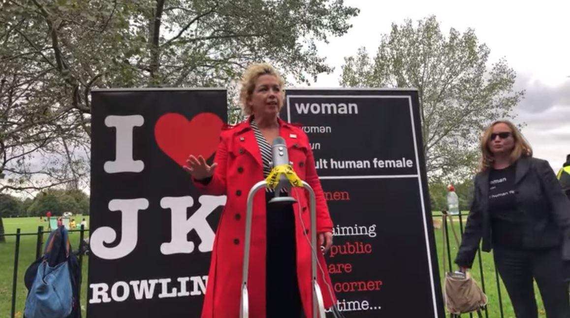 Kellie-Jay Keen-Minshull, connu en ligne sous le nom de Posie Parker, s'est disputé avec les manifestants de Black Lives Matter après avoir parlé sous une bannière `` I heart JK Rowling ''