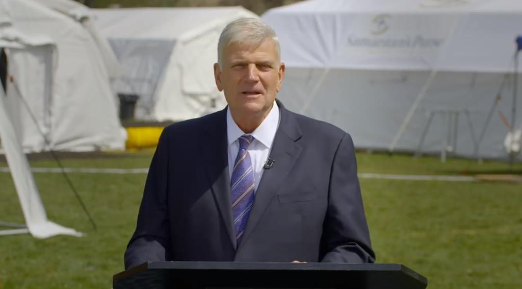 Franklin Graham a fait appel à une équipe de tournage pour enregistrer un sermon de Pâques depuis le site de `` secours'' de l'hôpital de la tente