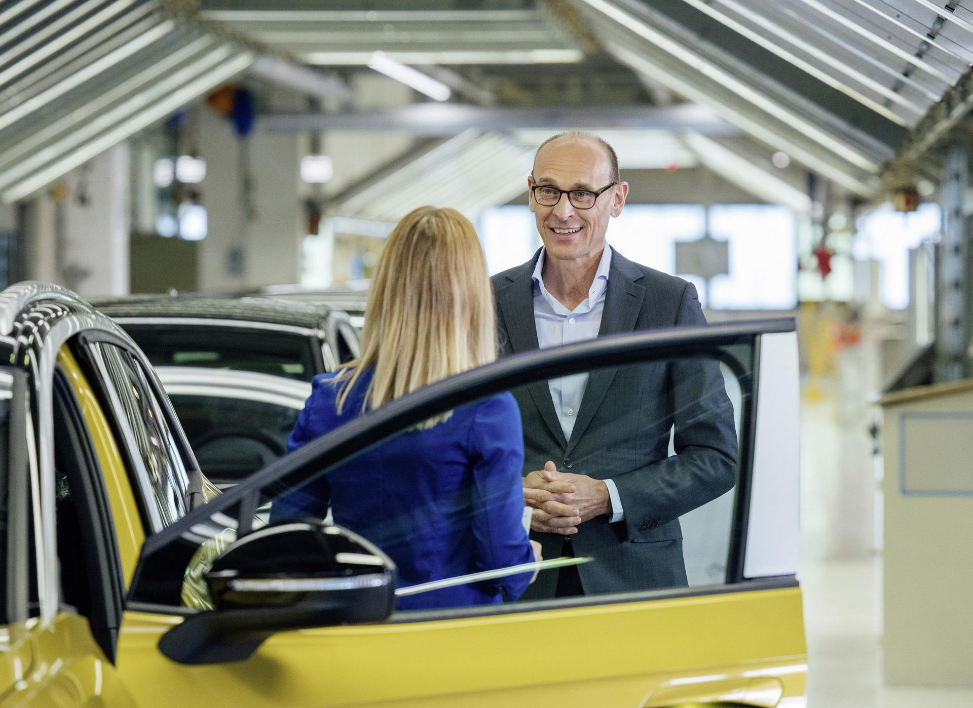 Ralf Brandstätter, PDG de Volkswagen, au pied de la première unité produite de l'ID.4