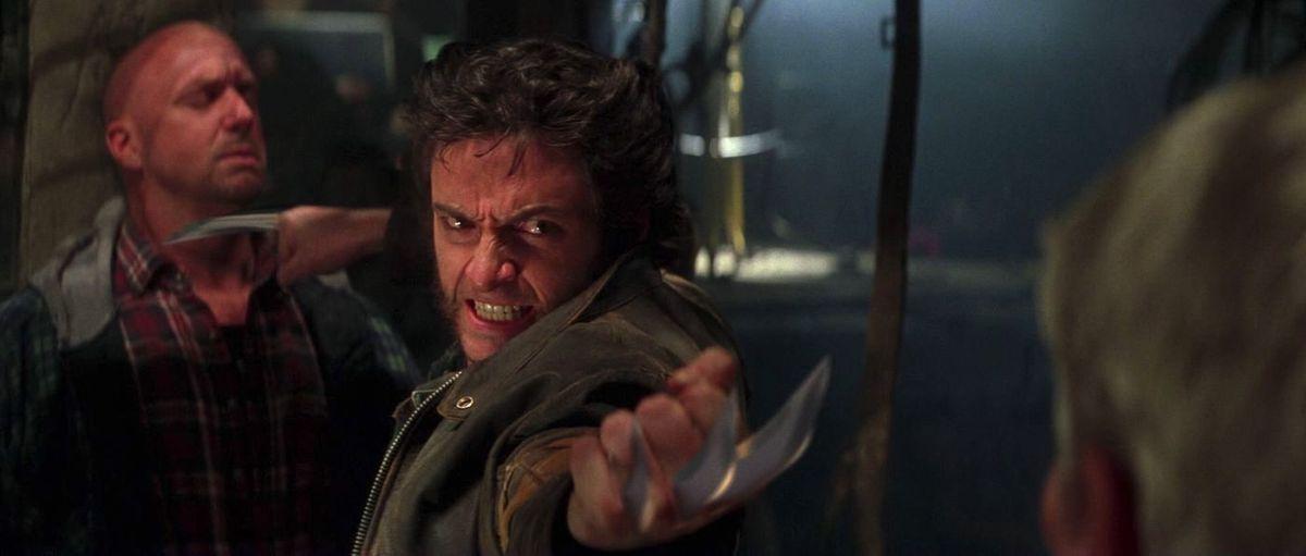 Wolverine utilise ses lames pour garder deux mecs