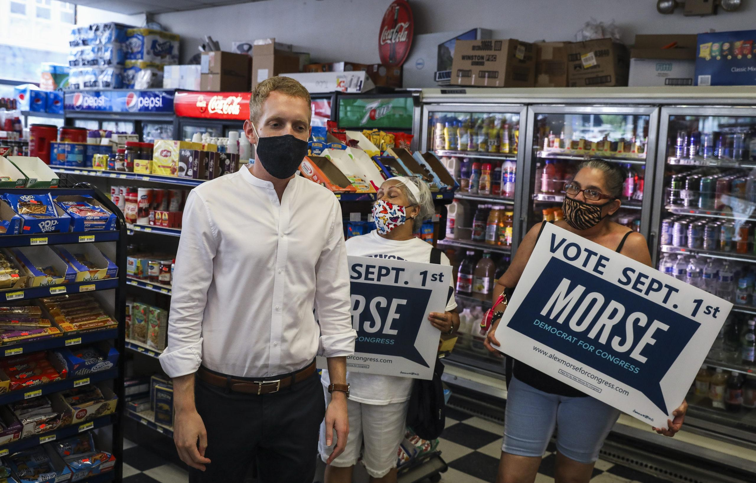 Le maire Alex Morse des campagnes de Holyoke avant les primaires du 1er septembre,