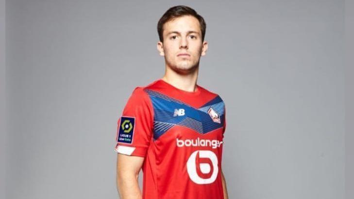 Lille Montre Eugenio Pizzuto Avec L'uniforme De La Saison 2020/2021
