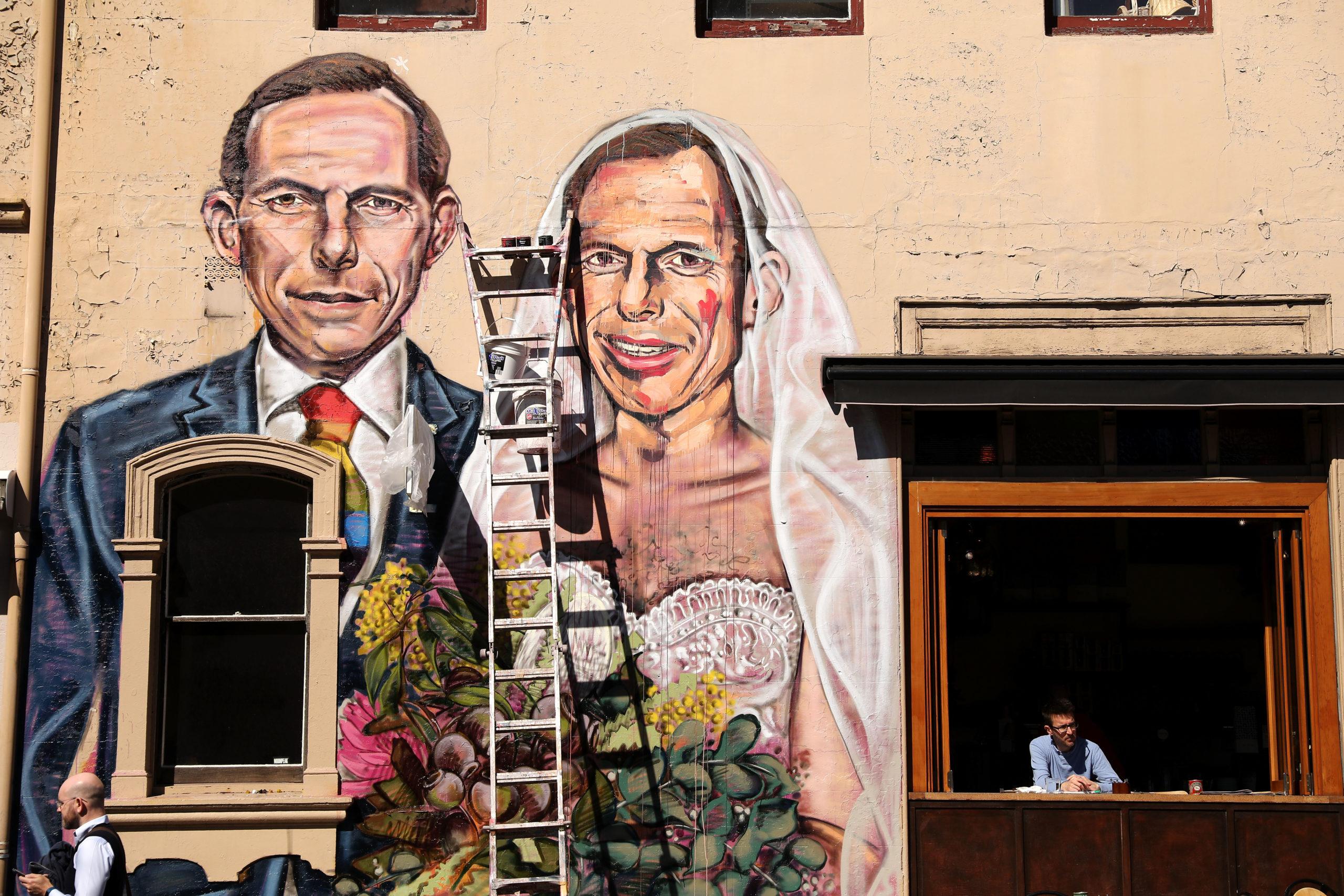 Une peinture murale de l'artiste Scott Marsh représentant l'ancien premier ministre Tony Abbott se mariant