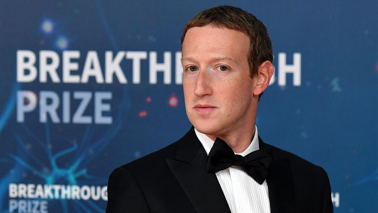 Le Pdg De Facebook, Mark Zuckerberg, Se Penche Sur La