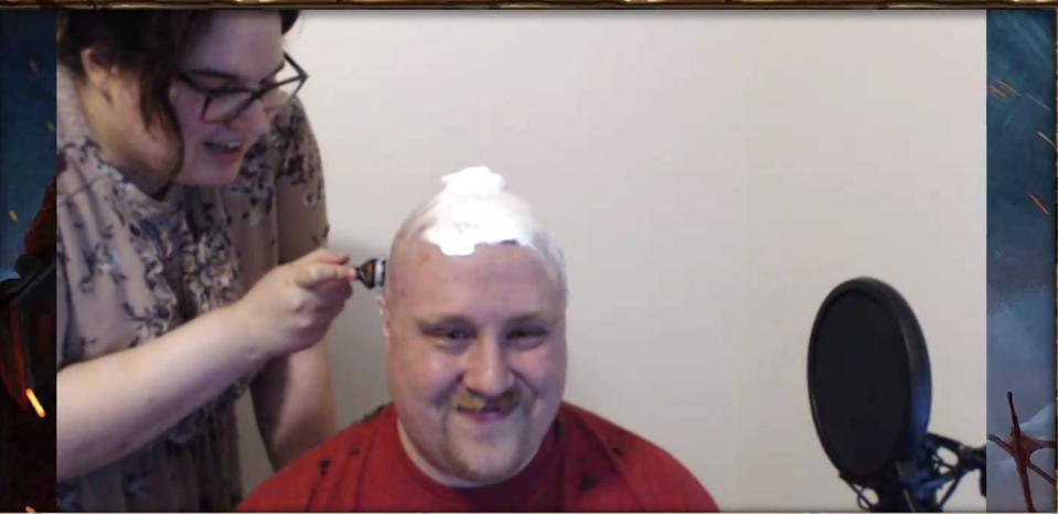 Lense reçoit sa nouvelle coupe de cheveux, en direct en streaming.
