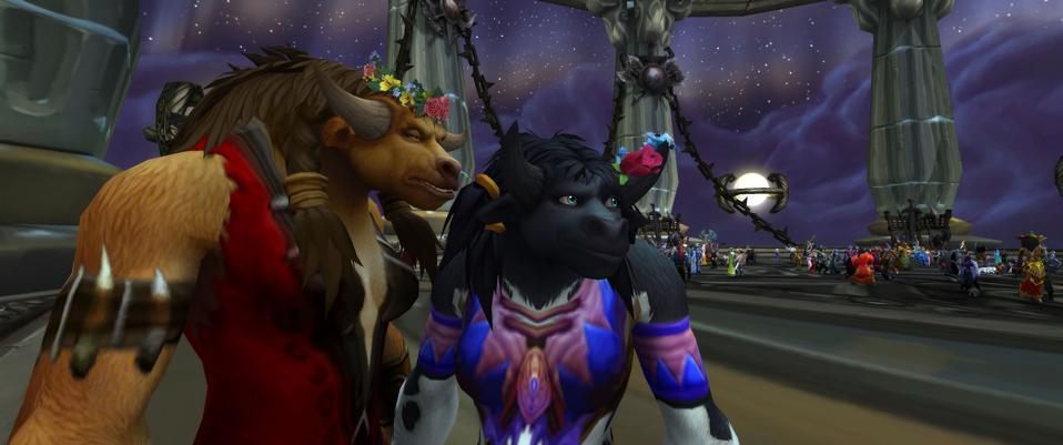 Deux personnages font une pause pour une photo au Wonderlight Ball du tournoi.