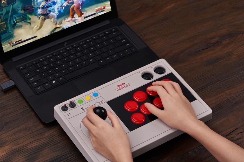 Le nouveau Arcade Stick de 8Bitdo est un coup de nostalgie à jouer sur PC et Switch comme dans l'arcade d'antan