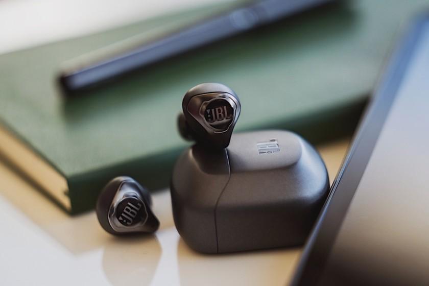 JBL ajoute la suppression du bruit à ses écouteurs entièrement sans fil pour rattraper Apple et Sony dans le haut de gamme
