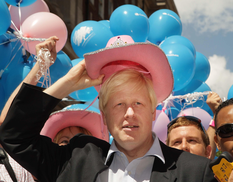 Le maire de Londres Boris Johnson porte un chapeau rose stetson lors du défilé de la Gay Pride le 5 juillet