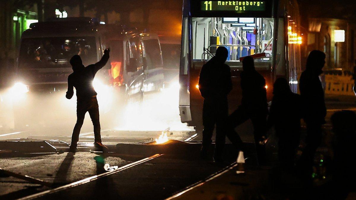 Après Les émeutes De Connewitz: Des Policiers Ramassent Des Pavés