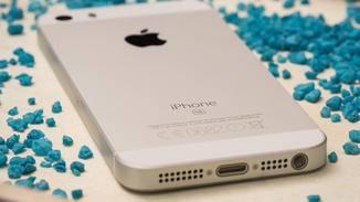 Avec le premier iPhone SE, le nom était simplement toujours à l'arrière de l'appareil.