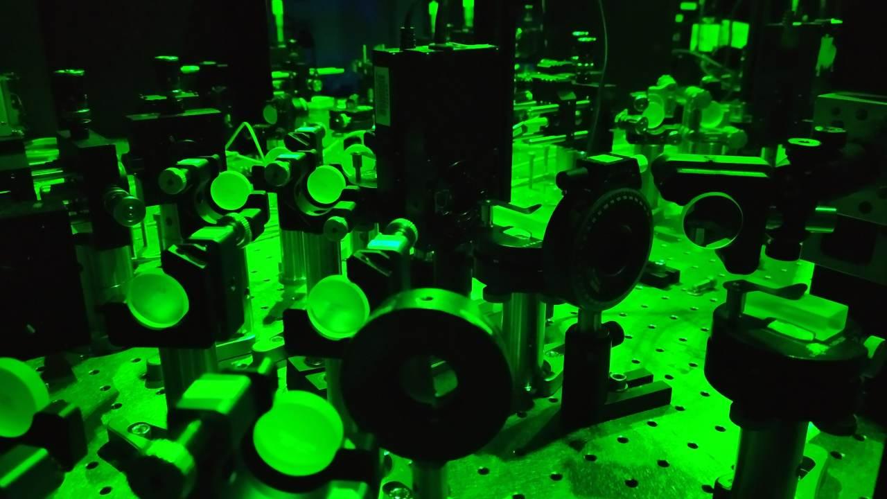 Appareil expérimental pour notre test du paradoxe avec des particules de lumière.  Crédit d'image: Kok-Wei Bo
