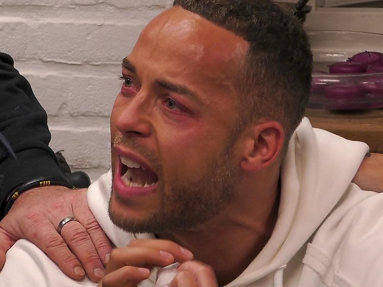 Les larmes coulent au célibataire après l'attaque crachante .jpg