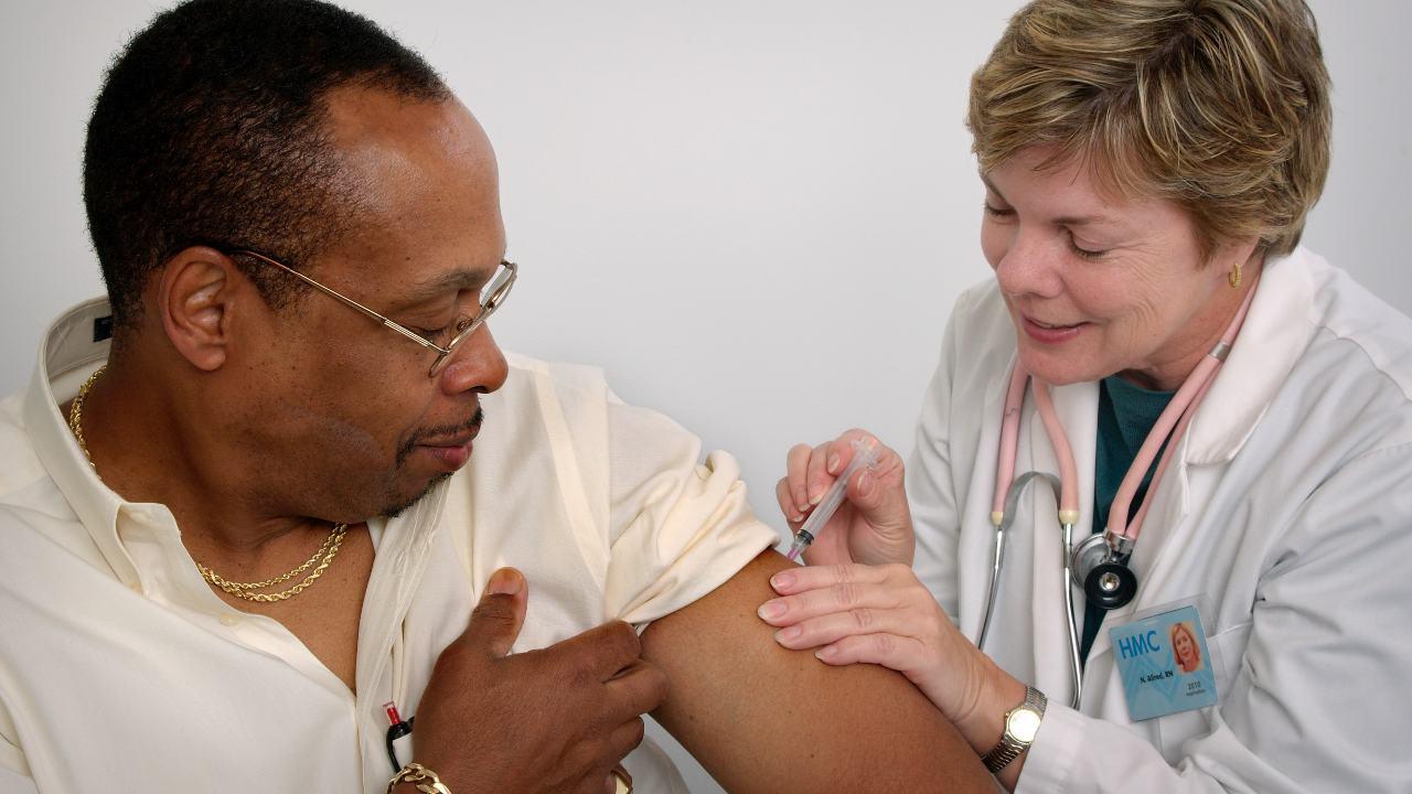 L'OMS dit que le retard dans l'essai du vaccin AstraZeneca COVID19 est un réveil mais ne retardera pas le vaccin