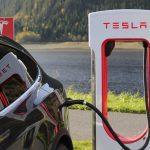 Certains utilisent des superchargeurs Tesla en Europe pour charger gratuitement des voitures électriques d'autres marques