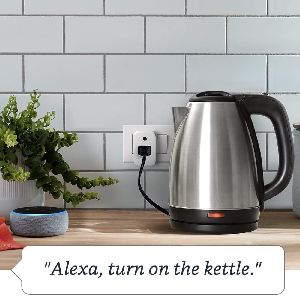 Amazon Smart Plug peut être connecté à des appareils standards comme une bouilloire ou une lampe.