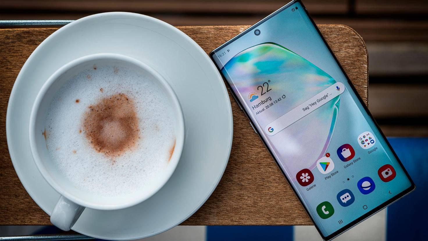 Galaxy Note 10 avec café