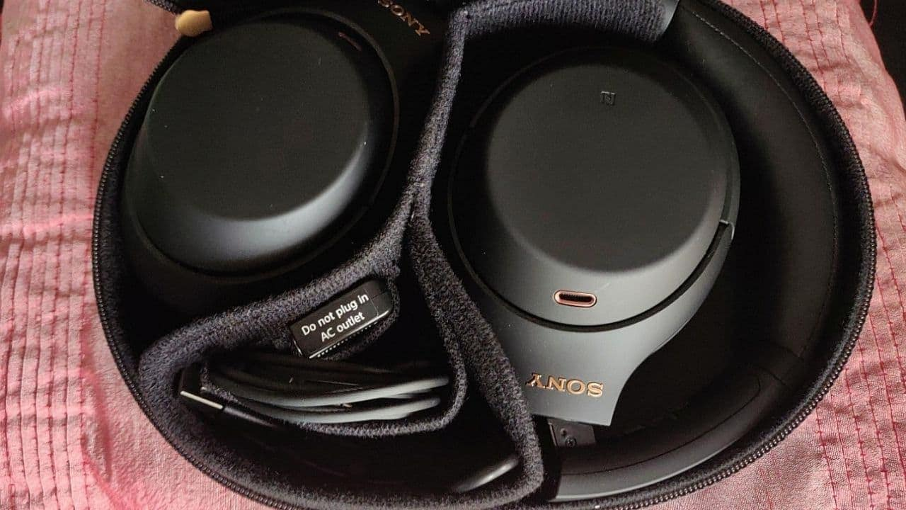 Sony WH-1000XM4 dans le boîtier.