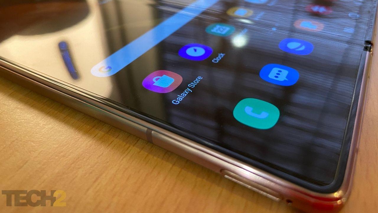 Samsung Galaxy Z Fold 2 est livré avec une protection d'écran préinstallée sur l'écran externe et l'écran principal.  Image: tech2 / Nandini Yadav