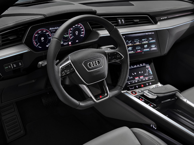 L'habitacle répond aux attentes habituelles de qualité et de confort d'Audi et comprend de grands écrans numériques et des fonctionnalités