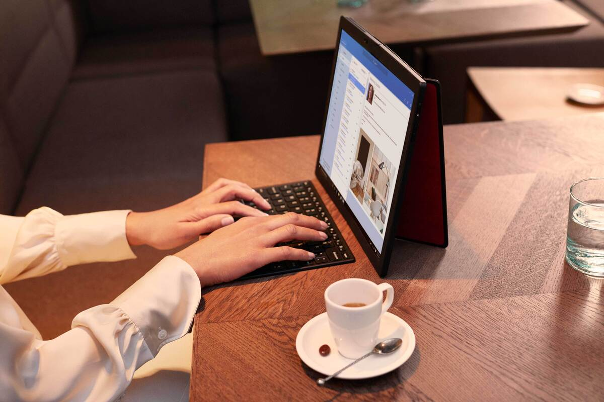 lenovo thinkpad x1 fold cafe