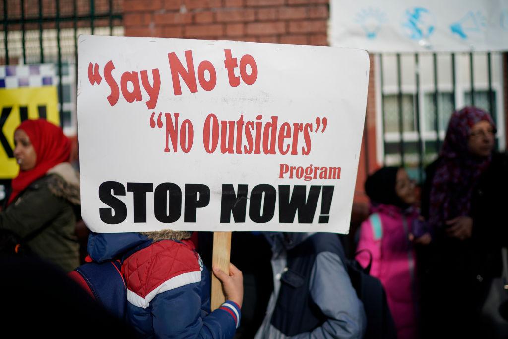 Des manifestants manifestent contre le programme `` No Outsiders'' à la Parkfield Community School le 21 mars 2019 à Birmingham, en Angleterre