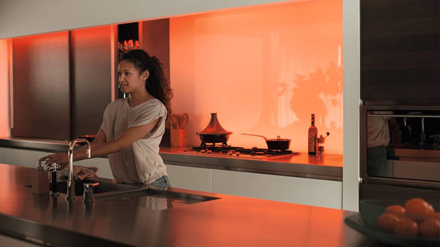 Philips Hue LightStrip Plus en orange dans la cuisine
