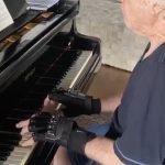 Ce sont les gants bioniques qui ont permis à un pianiste professionnel de jouer à nouveau après deux décennies sans le faire