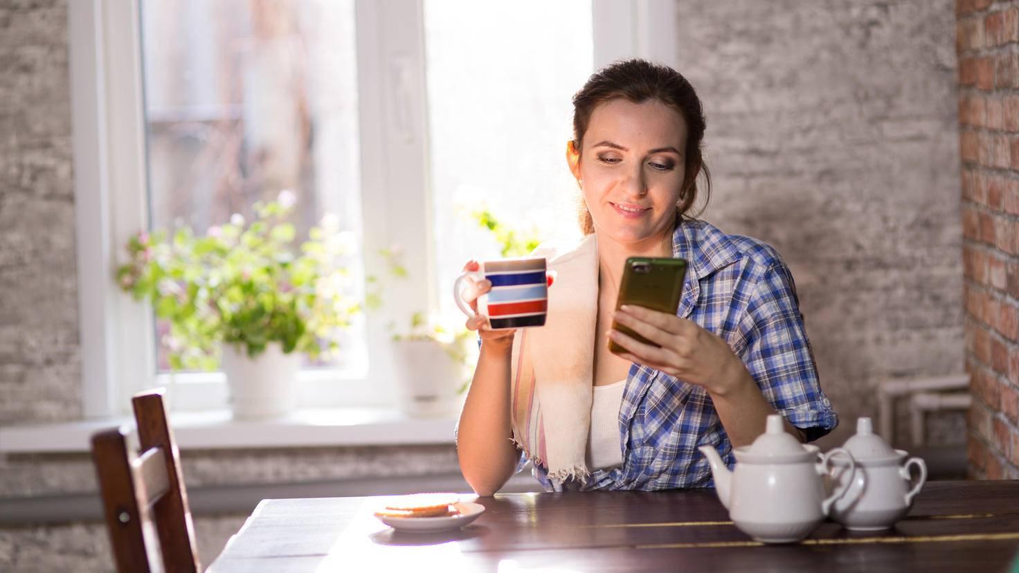 Smartphone de café cuisine femme