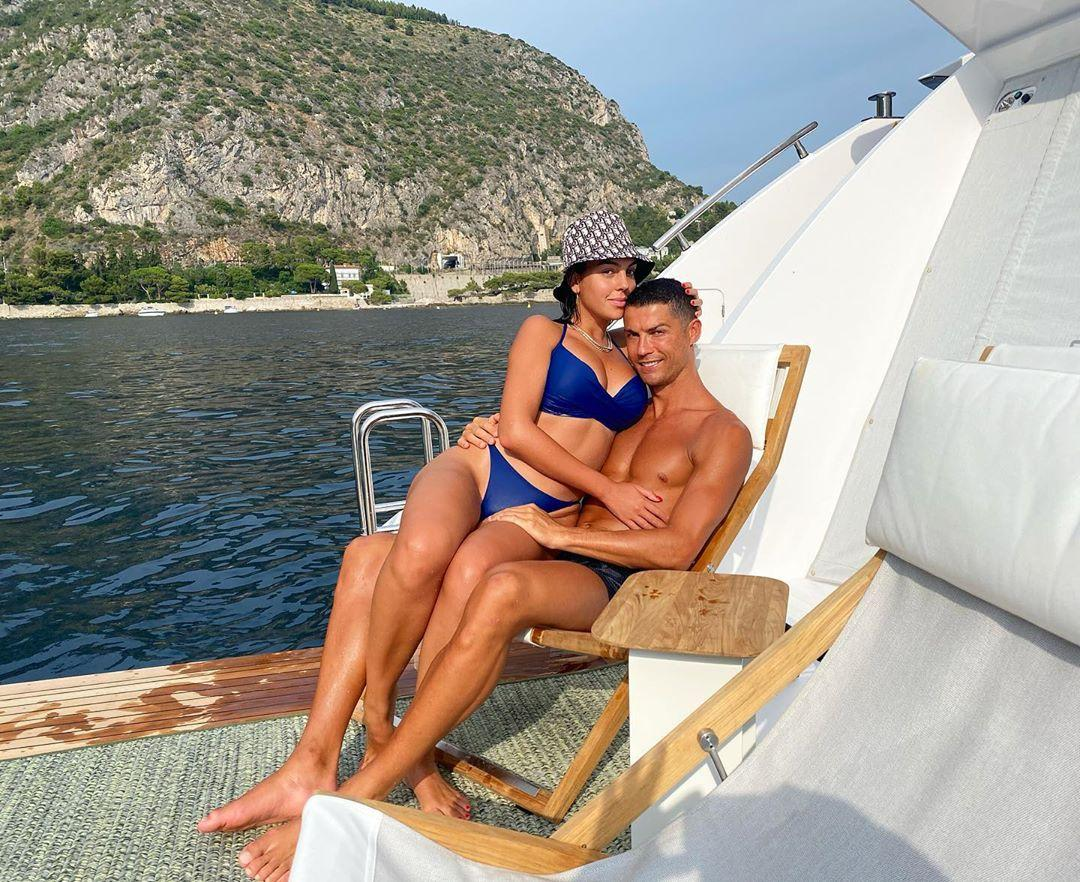 Cristiano Ronaldo Sa Petite Amie Georgina Rodriguez Pose En Bikini Marine Avec Sa Famille