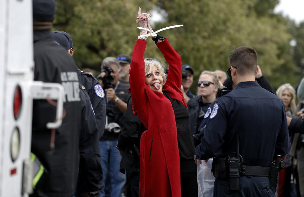 """Jane Fonda est arrêtée lors de la manifestation contre le changement climatique""""Fire Drill Friday"""" le 25 octobre 2019 à Washington, DC. (John Lamparski / Getty Images)"""