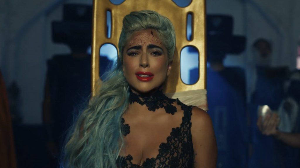 Lady Gaga sur une civière dans la vidéo 911